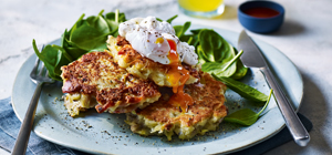 Cheesy bacon rösti with poached eggs