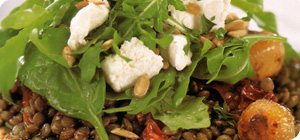 Salad of rocket with goat's cheese, lentils and balsamic onions